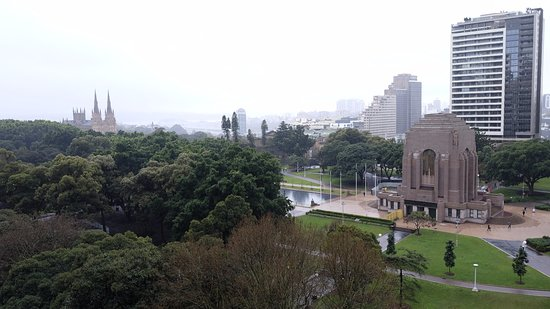 Hyde Park Inn: View over Hyde Park, Anzac Memorial and St Marys Cathedral