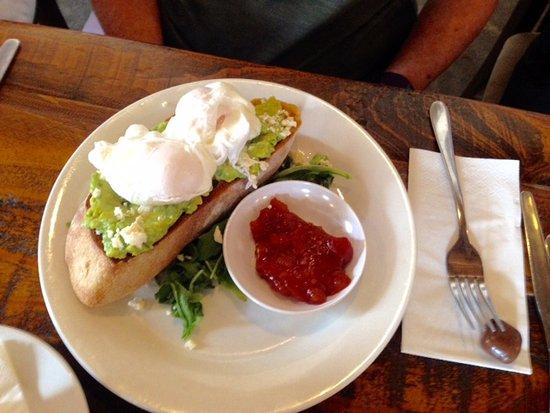 Corowa, Australien: Veggo brekky, avocado with fetta, spinach on sourdough toast, topped with poached eggs, sensatio