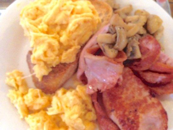 Corowa, Australien: Bacon, egggs and mushrooms on sourdough toast. Tasty and fresh