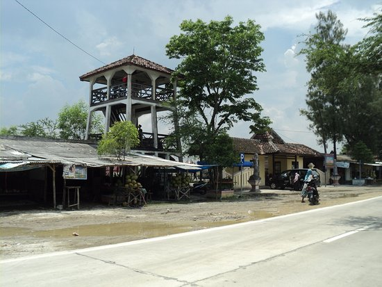 Purwodadi, Indonésia: Gardu pandang (kapasitas maksimal 15 orang) & warung makan-minum di sisi kiri loket Bledug Kuwu
