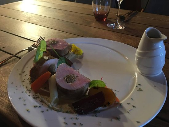 Tulln, Österreich: Zartes Schweinsfilet gefüllt mit Pilzduxelles, serviert mit Gemüse und Dijonsauce