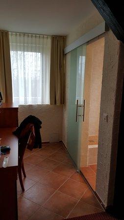 เบนไชม์, เยอรมนี: Zugang zum Bad mit Glas-Schiebetür