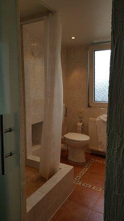เบนไชม์, เยอรมนี: Schönes geräumiges Badezimmer mit einer etwas höher gebauten Dusche.