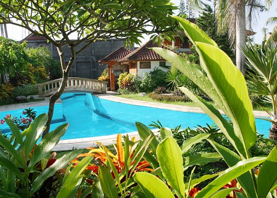 The Graha Cakra Bali Hotel: POOL AND GARDEN