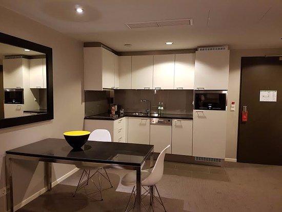 Adina Apartment Hotel Berlin Mitte: angolo cucina presente nell'appartamento dotato di stoviglie, lavostovoglie; bollitore elettrico