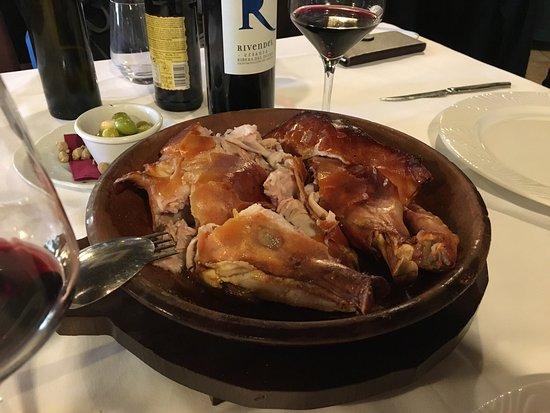 Pizarra, Spanje: Espectaculares el cochinillo al horno de leña y los champiñones rellenos. Volveremos seguro.
