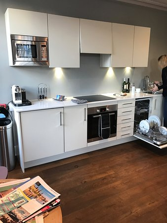 The Halcyon Hotel Apartments: Kitchen in sitting room