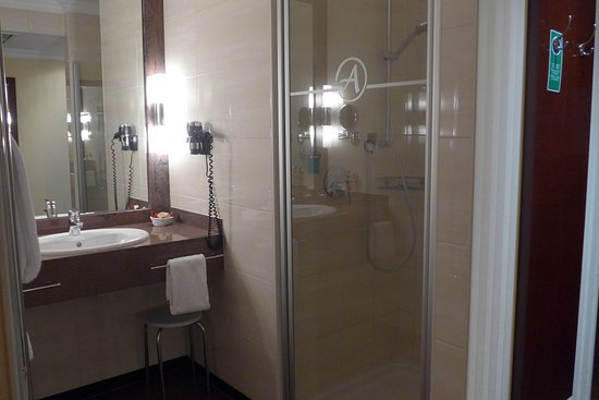Amaris Hotel: Bad mit separatem Toilettenraum