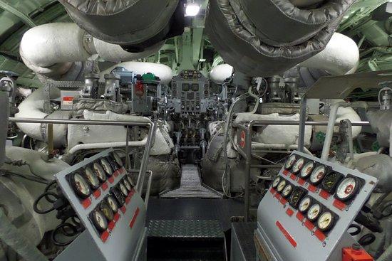 A l 39 interieur du sous marin photo de cit de la mer for Interieur sous marin