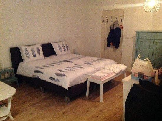 Hilvarenbeek, Pays-Bas : Chambre familiale avec en + un canape lit ( non visible) le linge de toilette en bout du lit