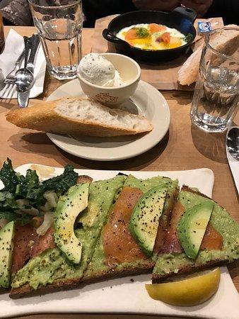Здесь оооочень вкусно!!! Отличное начало дня! Пробовали тосты с авокадо и лососем , яичницу с ло
