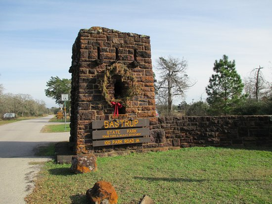 บาสทรอป, เท็กซัส: Park entrance off Hwy. 21 in Bastrop, Texas. The park was established in 1938.