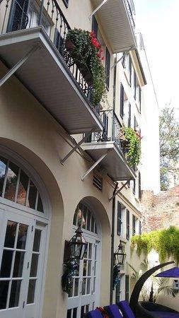 Hotel Le Marais: courtyard room facing pool courtyard