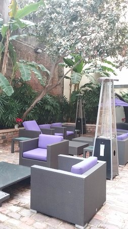 Hotel Le Marais: Courtyard off hotel lobby with seating