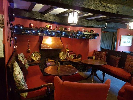 Llanarmon DC, UK: Lounge at the Main Entrance - Cosy log fire