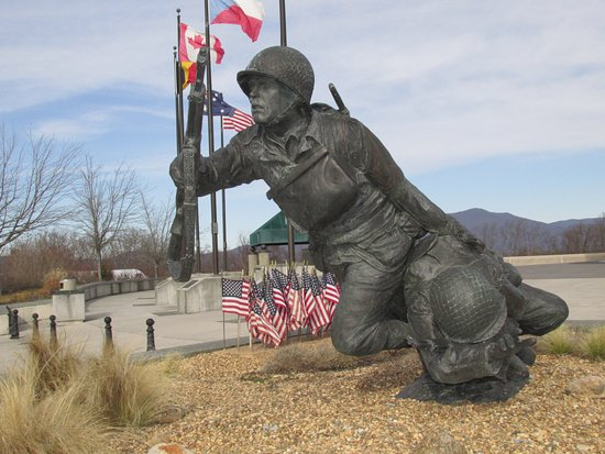 Bedford, VA: Statue of D-Day soldiers
