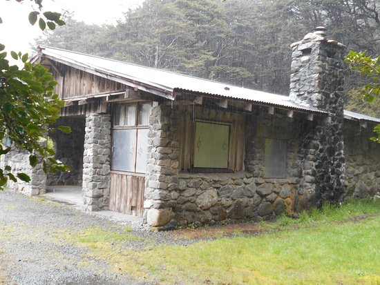 Arthur's Pass National Park, New Zealand: Stone and log house on the trail
