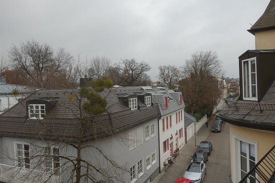 Hotel Laimer Hof: Glimpse of Nymphenburg Palace from Room 26.