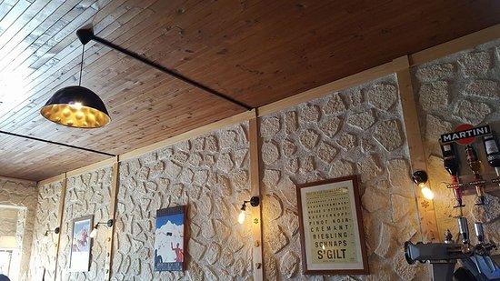 Restaurant La Cloche : Décoration à l'intérieur du restaurant