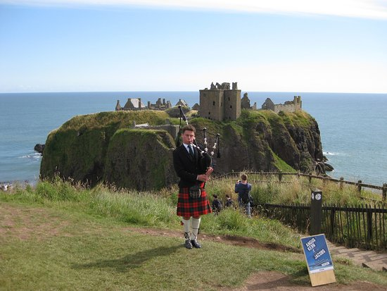 Stonehaven, UK: Lone piper playing at Dunnottar Castle! Brilliant!