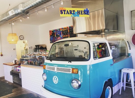 Hudson, Οχάιο: A real VW bus greets you as you walk in!