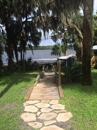Welaka Lodge & Resort: The walkway to our Boathouse Bar on the river and boat slips.