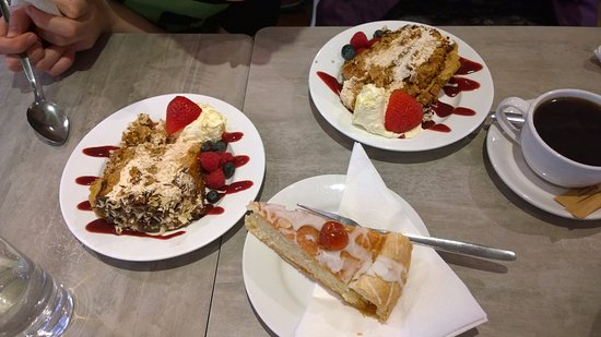 Breage, UK: Gorgeous Gateaux & Awesome Almond Tart