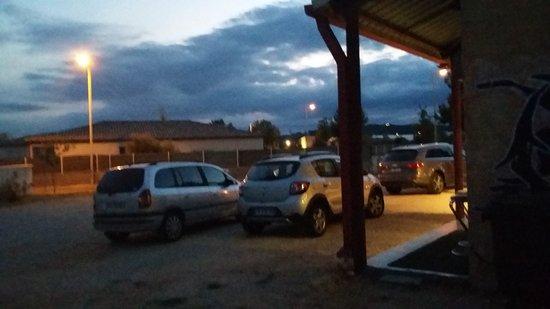 Marguerittes, France : Parking pouvant accueillir une 10ene de voiture
