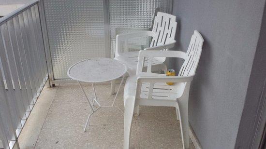 Hotel Rambla : sillas y mesa de la terraza muy sucios