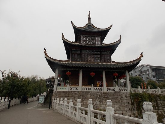 Guiyang, Cina: bridge over to pavilion