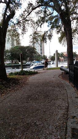 Riverwalk Fort Lauderdale: Riverwalk - passeio arborizado e agradável com muita informaççao histórica