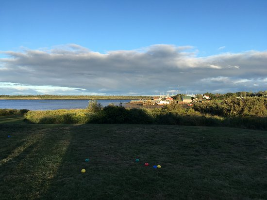 Grand Manan, Canada: The lawn is a perfect setting for bocci and other games.