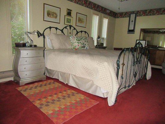 Salish Sea Bed & Breakfast: King size bed