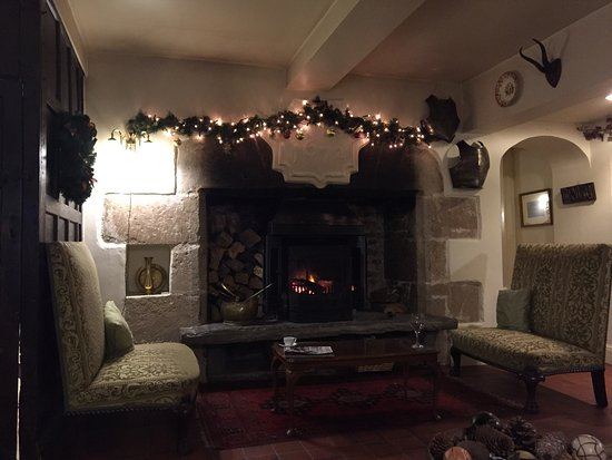 Biggin-by-Hartington, UK: Log fire and sitting room