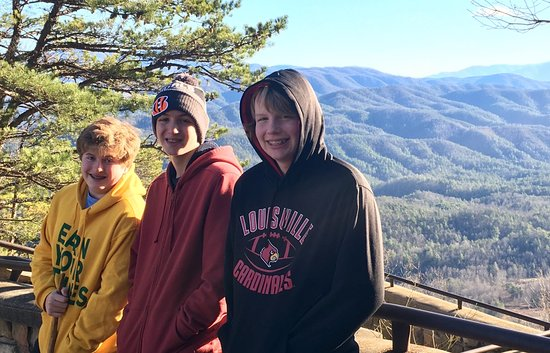 Townsend, Τενεσί: Three teens enjoying the view and the hike on Foothills Drive