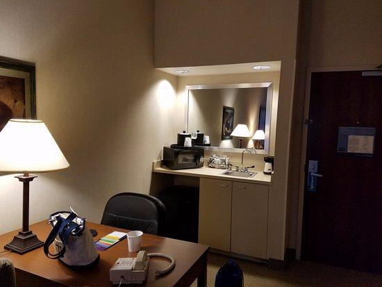 "Hampton Inn Bloomsburg : ""Kitchenette"" and desk area"