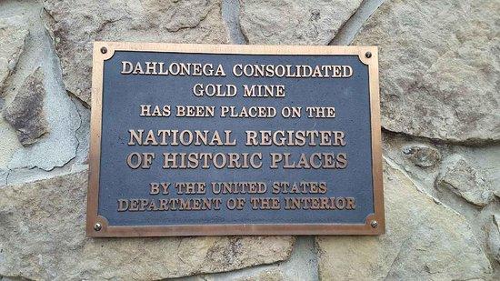 Dahlonega, جورجيا: Entry sign.