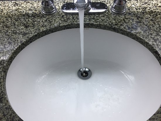 Embassy Suites by Hilton Temecula Valley Wine Country: Bathroom sink does not have a drain plug and emitted putrid sewer smell that filled the area (ro