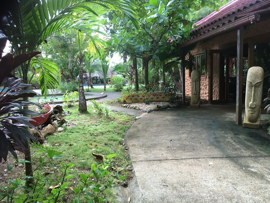 Popa Paradise Beach Resort: Entry to main building/pool area.