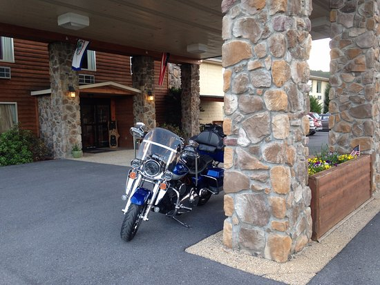 BEST WESTERN Berkeley Springs Inn: My HD Road King at the front door