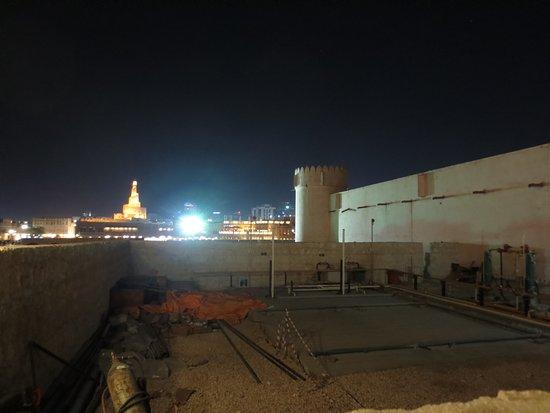 Doha Fort : 周りは工事中、奥にはスークとイスラム文化センター