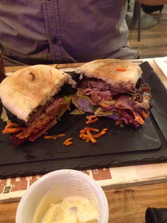 Cardiff, Australien: Tex Mex Burger cut in half. Juicy and tasty