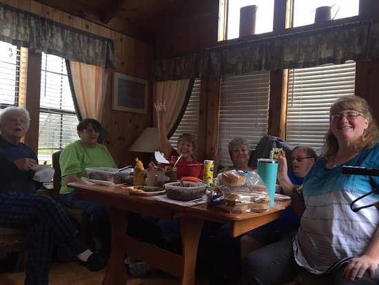 Willis, TX: Lots of fun in cabin sharing food and playing games