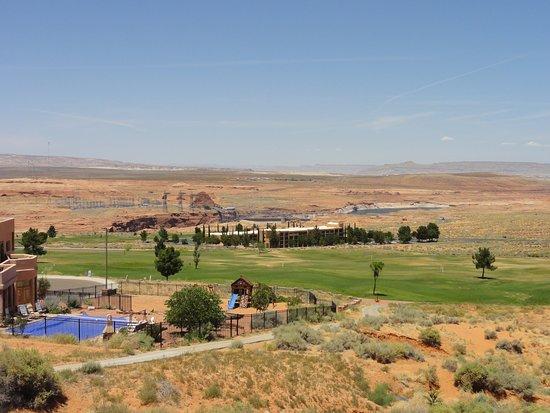Glen Canyon Dam: 周辺はやはり荒野ですがコロラド川が近くにうねります。