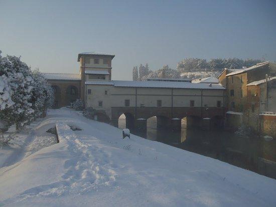 Fucecchio, Italia: ponte sotto la neve ....