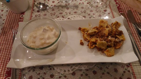 Canelli, Italien: Gnocchi al gorgonzola e plin al ragu