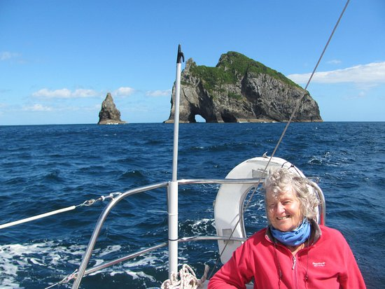 Opua, Nueva Zelanda: Sailing near the Hole in the Rock on Motu Kōkako island, Bay of Islands.