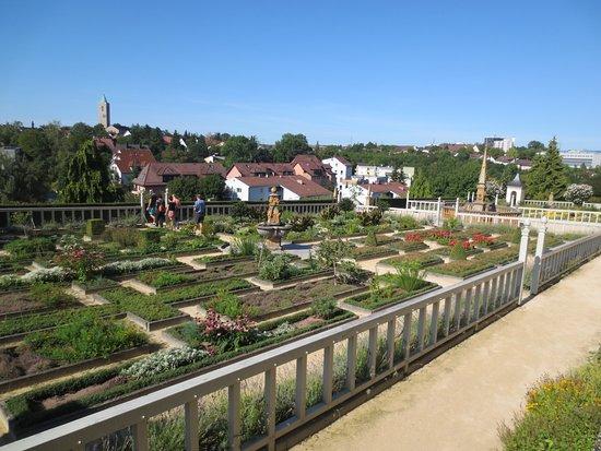 Leonberg, Tyskland: Blick über den Pomeranzengarten in Richtung katholischer Johanneskirche