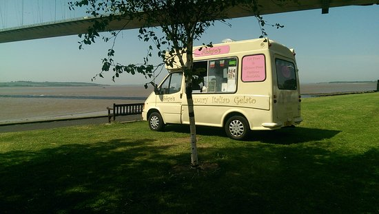 ‪‪Hessle‬, UK: Nice view of the Humber bridge whilst you have a delicious ice cream‬