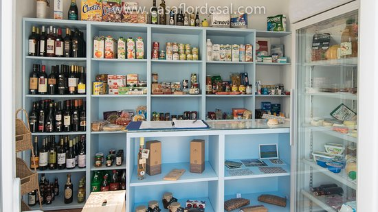Moncarapacho, Πορτογαλία: We have a shop with food and wine